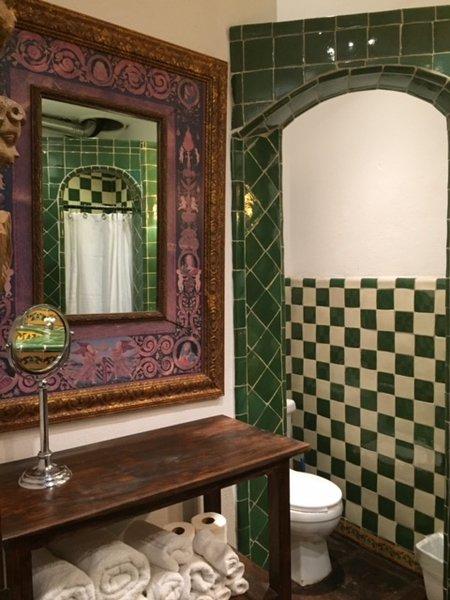 baño de huéspedes o dormitorio de invitados tiene una lavadora y secadora para su uso.