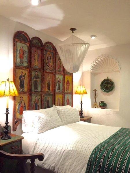 El dormitorio de invitados en Cho Co Latte con cabecero pintado a mano.