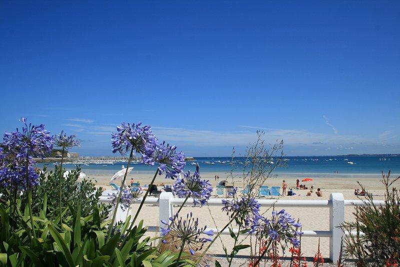 La grande plage à quelques minutes à pied du gîte.