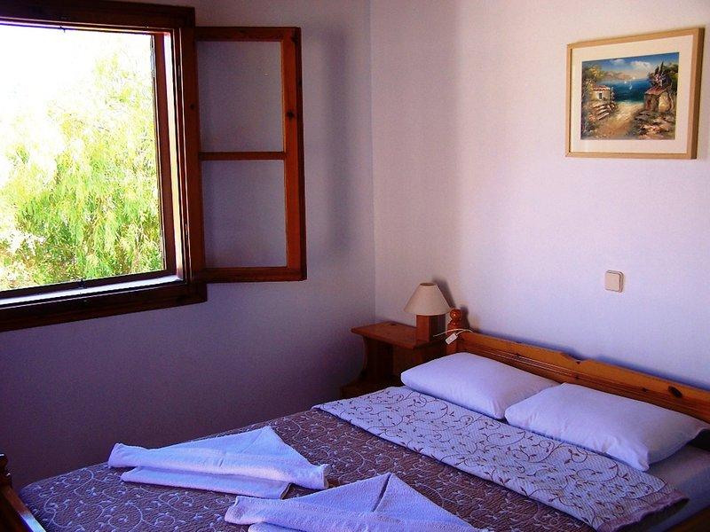 La chambre de maître avec le lit double