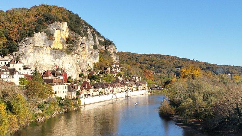 El pueblo característico de La Roque Gageac a poca distancia de Castelnaud.
