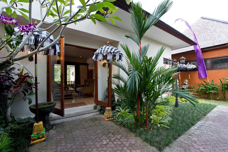 Indah1: Deluxe Riverside Villa with private Pool and FREE Breakfast!, holiday rental in Antap