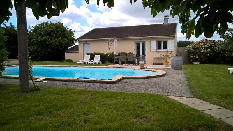 Nice house with swimming-pool, vacation rental in Villeneuve-sur-Yonne