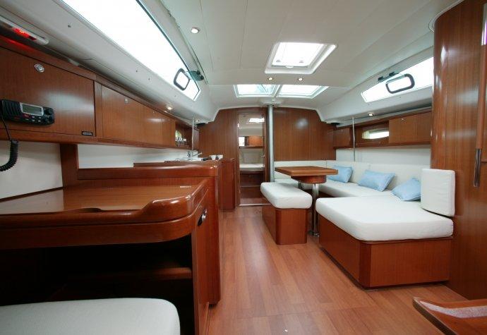Muy cómodo barco con un amplio espacio interior / exterior; fantásticas y románticas luces del puerto.