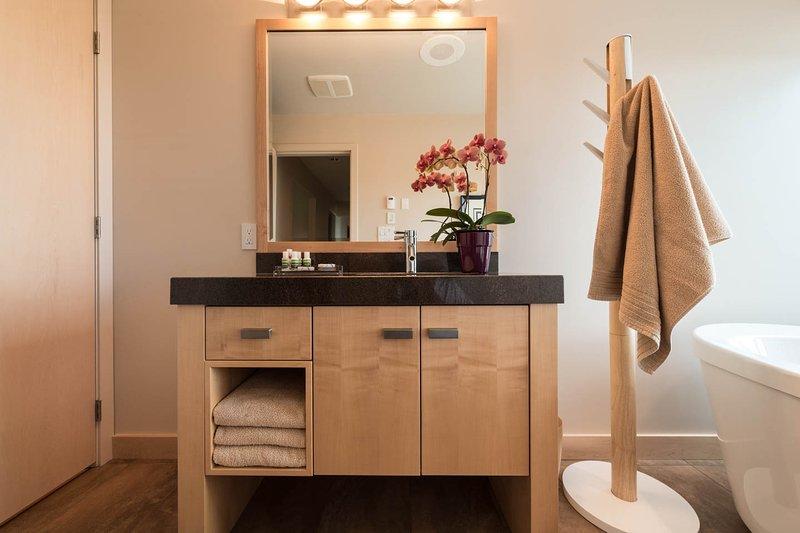 UltimateBnB-5 Star Luxury Suite, Ocean, Mtn. & City Views, Hot-Tub ...