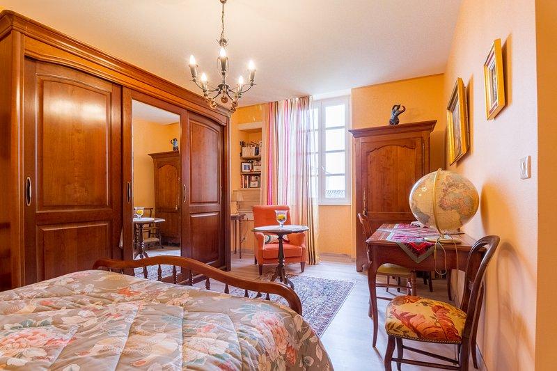 Chambre ORANGE Au Premier étage Avec WC Douche Lavabo Au Rez De Chaussée,  Belle Vue
