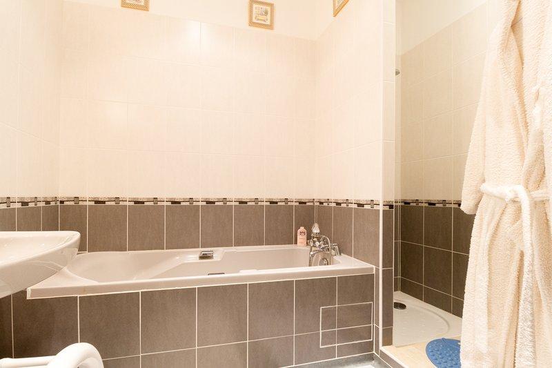 Cuarto de baño púrpura sitio, ducha, bañera, lavabo