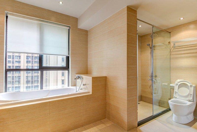 Big western bathroom with bathtub - 浴室