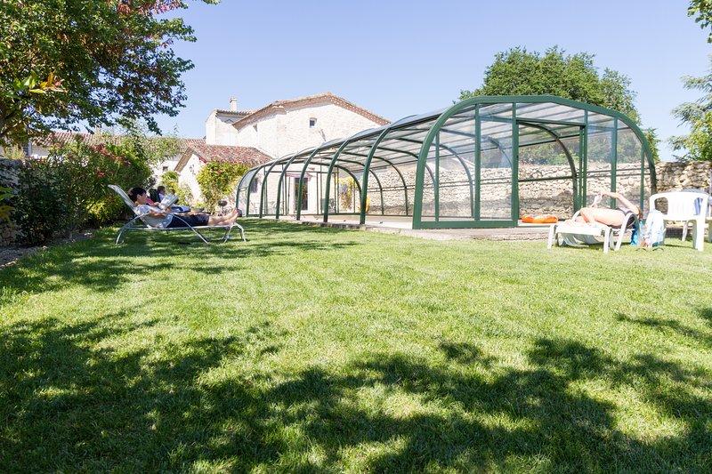 Jardín, piscina cubierta climatizada de mayo a finales de octubre para estancia cocina comparten