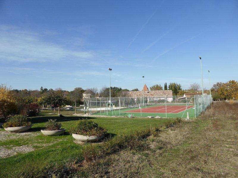 A los 150 metros, pista de acceso gratuito para el propietario de la suscripción, tenis de mesa, para hacer frente