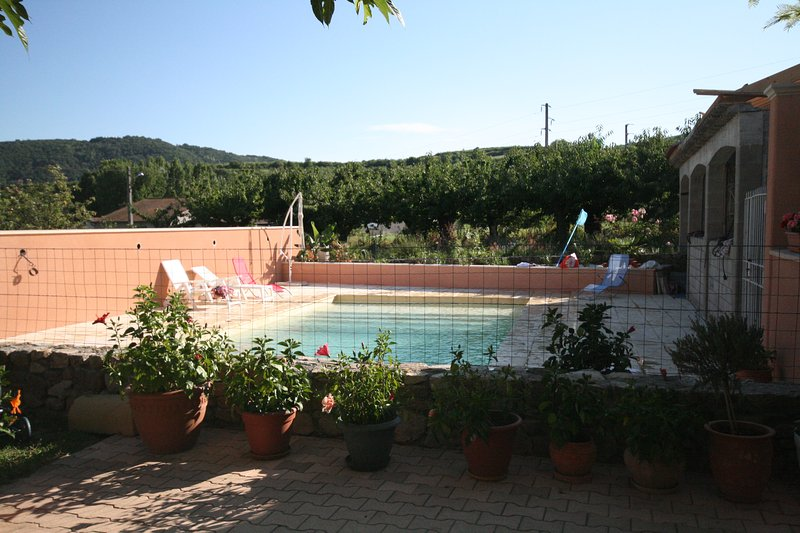 Maison avec vue sur piscine, holiday rental in Saint-Uze