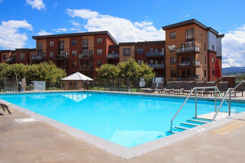 Beautiful Top Floor Kelowna Luxury Getaway, holiday rental in Kelowna