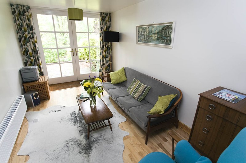 Mid Century styled cottage. West End of Glasgow. Patio Garden, vakantiewoning in Glasgow
