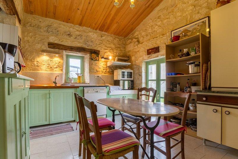 cocina completa, estufa, horno y microondas, nevera-congelador, cafetera, lavavajillas