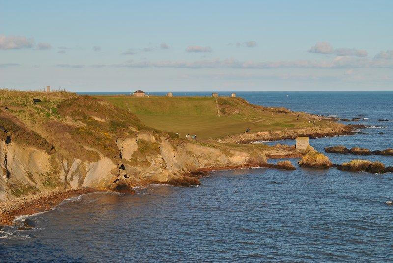 Gire a la izquierda fuera de la puerta de atrás y caminar esta hermosa ruta costera hacia Anstruther.