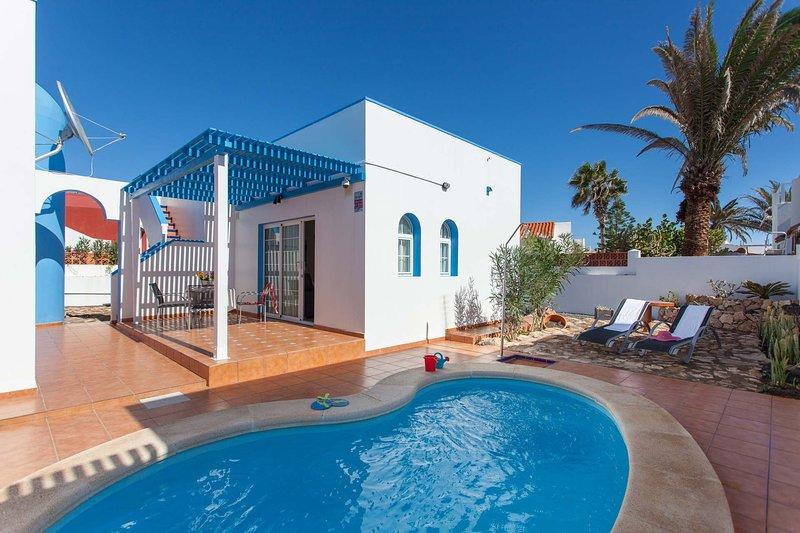 Terrazza con piscina privata e lettini