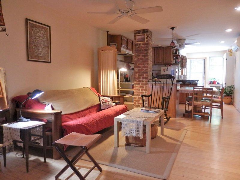 cómoda sala de estar con sofá convertible