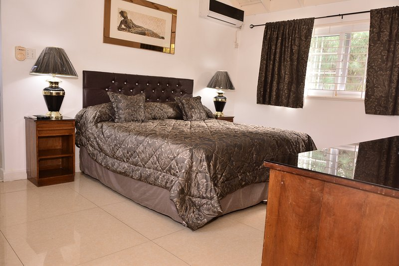 Master bedroom with ensuite jacuzzi bathroom, Cable TV, Air Con, WIFI high quality rental.