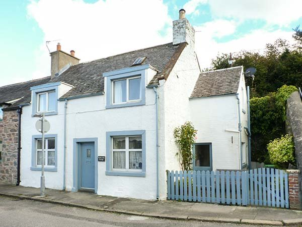 NATHANIEL'S COTTAGE, end-terrace, super king-size double, woodburner, Sky TV, holiday rental in Kirkcudbright