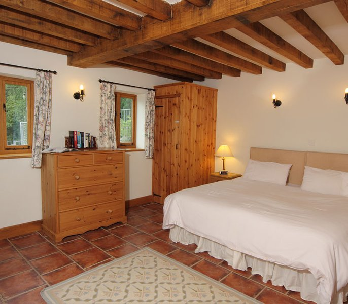 En suite. Flexible - super king or twin beds. Can accommodate 1 extra bed. Max. capacity 3 people.