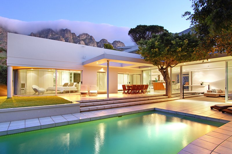Luxury Villa. Ideal for families and friends, pool, close to beach, 5 bedrooms, vacation rental in Camps Bay