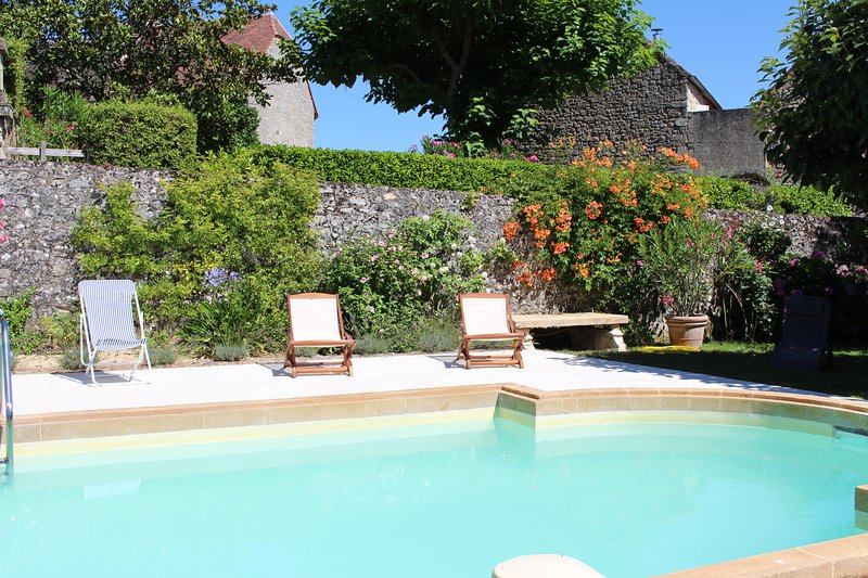 LE PETIT CASTELET - FANTASTIC HOUSE IN DOMME WITH GARDEN, POOL AND GREAT VIEWS, holiday rental in Grolejac