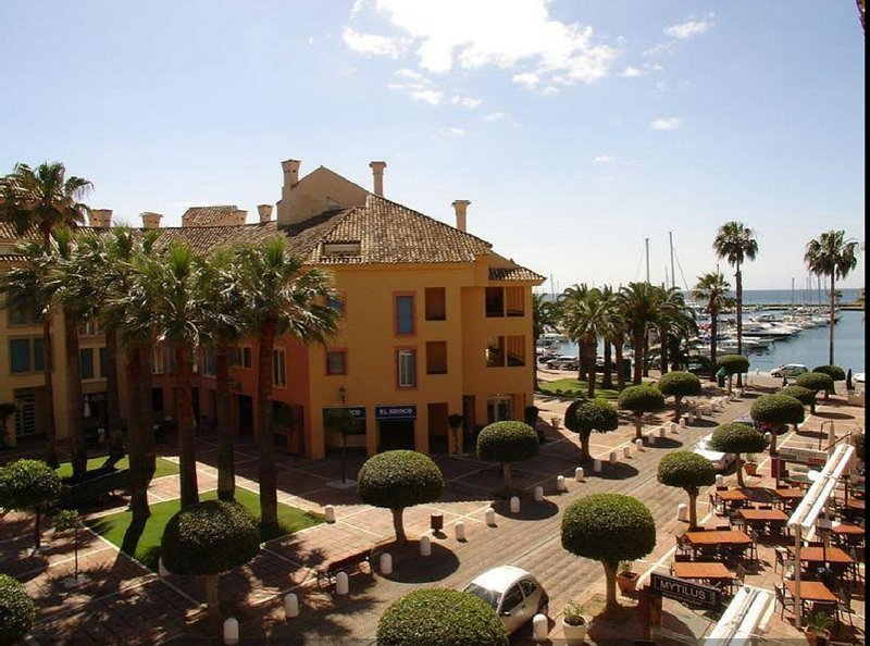 Stunning Marina front Apartment Puerto Sotogrande, beach and amenities 1min walk, holiday rental in Sotogrande