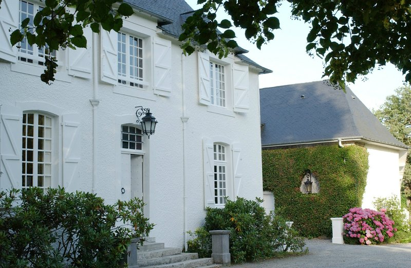 Manor House Apartment - Clos Mirabel Estate, vacation rental in Communaute d'Agglomeration Pau-Pyrenees