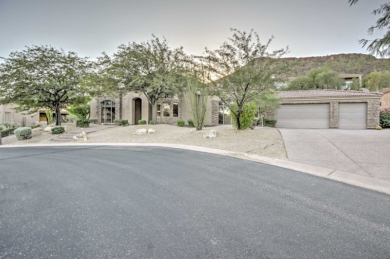The property's delightful and peaceful location provides easy access to all of Phoenix's finest area attractions.