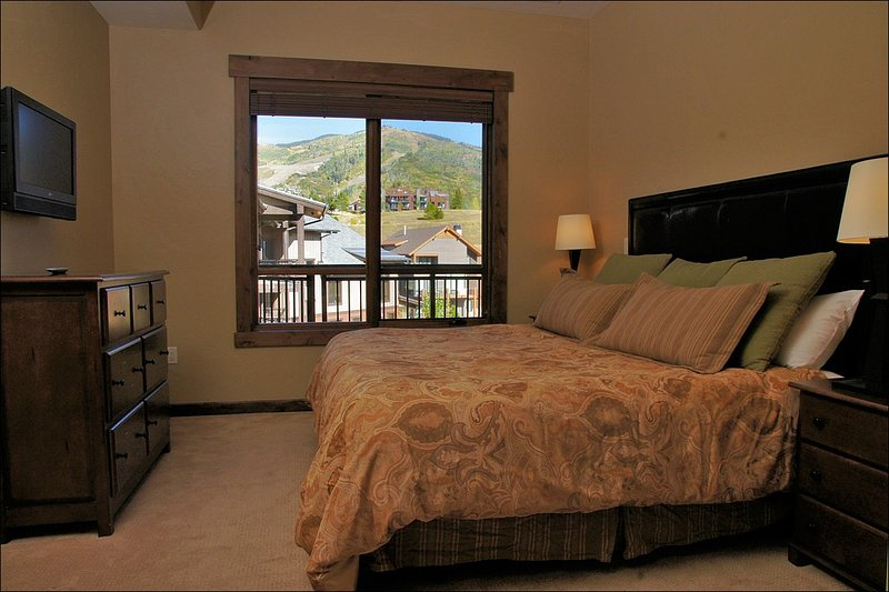 The master bedroom has an HDTV and Ski Area view