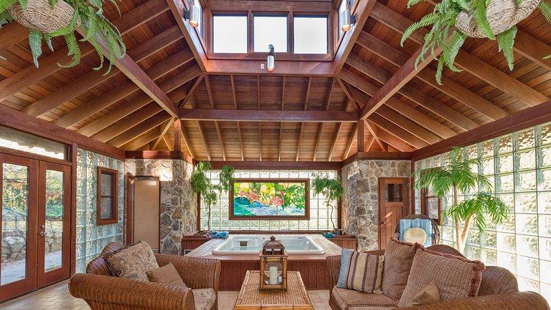 asa Spa mostrando banheira de hidromassagem elevada, janela de vitral, sauna, banho de vapor, sala de estar
