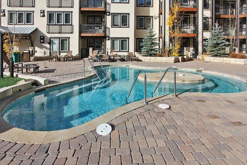 Gran bañera de hidromasaje al aire libre en la cubierta de amenidades
