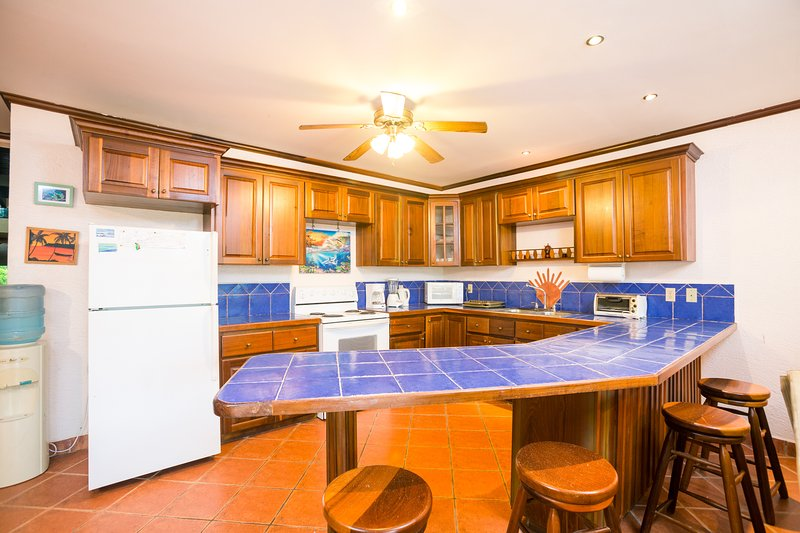 The open-kitchen concept with breakfast bar