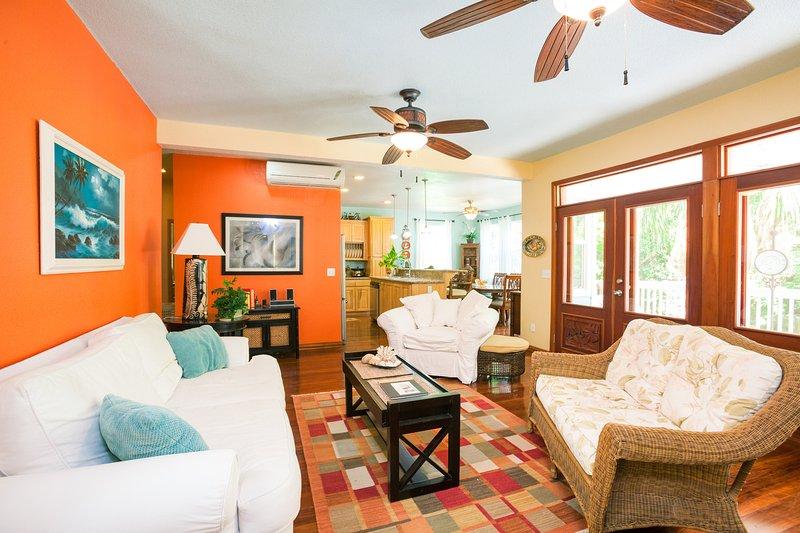 La sala de estar se abre a la cocina y al amplio porche con mosquitero