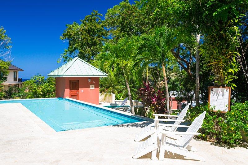 Otra piscina comunitaria justo cerca del jardín y condominios de Lawson Rock