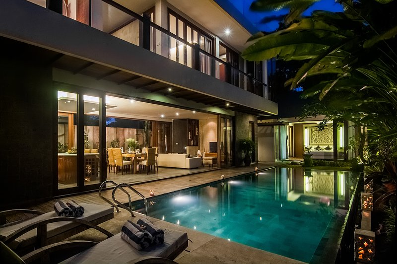 4BDR lux villa private pool a step from the beach!