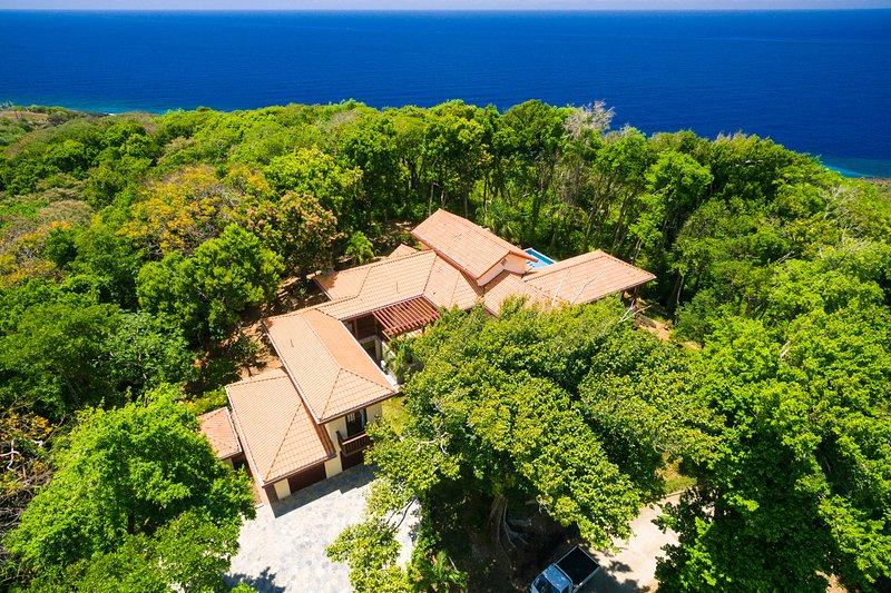Vista aérea de la casa y su vista orientada al sur