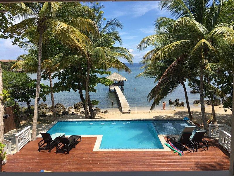 Vista desde la casa de la piscina, la playa y el muelle.