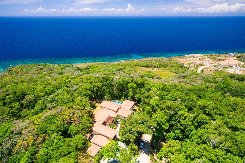 vista aérea alternativa de la casa encaramada en la cima de la colina para una vista panorámica