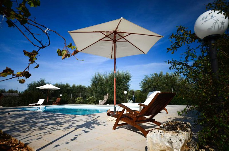 Trullo Azzurra with pool - in the wonderful Valle d'Itria, casa vacanza a Cisternino