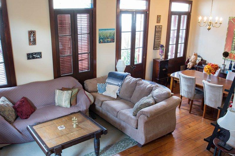 Vista de la sala de estar y sofá cama de Escaleras