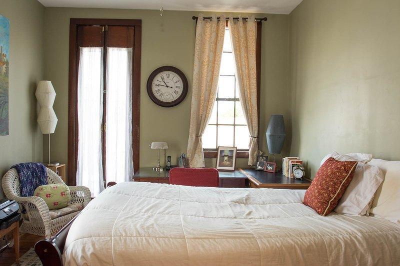 Dormitorio de invitados con salida a balcón