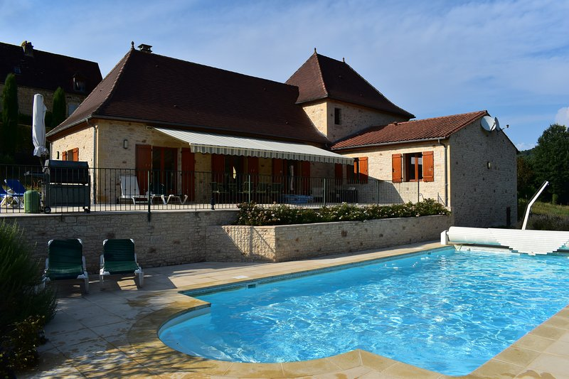 LA BOUFFARDIE - FANTASTICALLY EQUIPPED HOUSE - HEATED POOL, AIR CON, SAT TV...., holiday rental in Saint-Martial-de-Nabirat