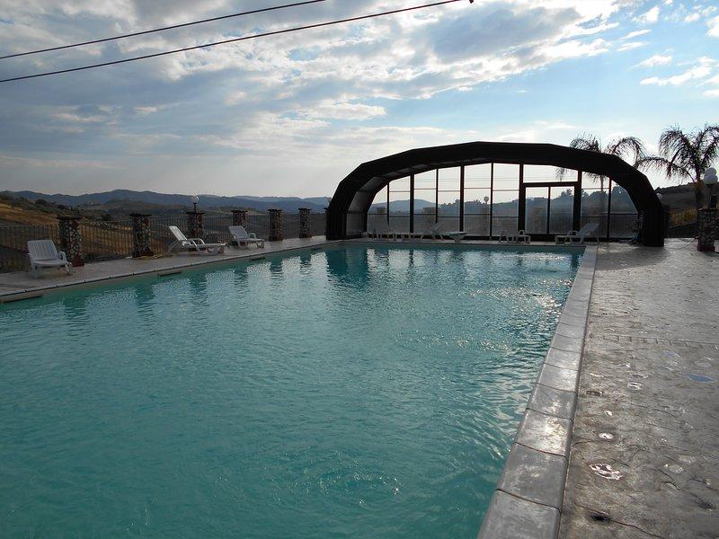 villa con piscina coperta/scoperta, vacation rental in Raffadali