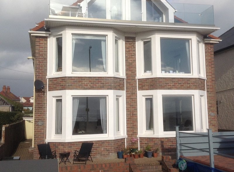 'Morfran',  a stunning sea front 3 bedroom apartment, vacation rental in Porthcawl