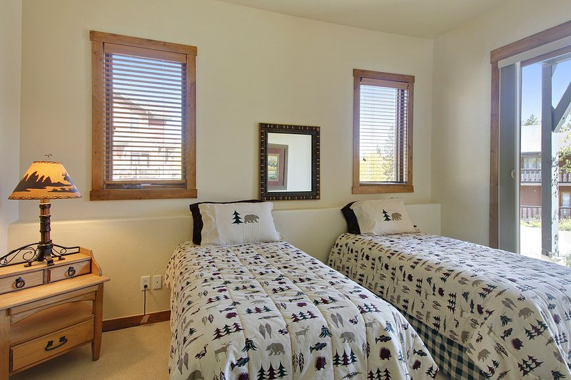 Troisième chambre avec lits jumeaux et lit gigogne supplémentaire - situé au niveau inférieur