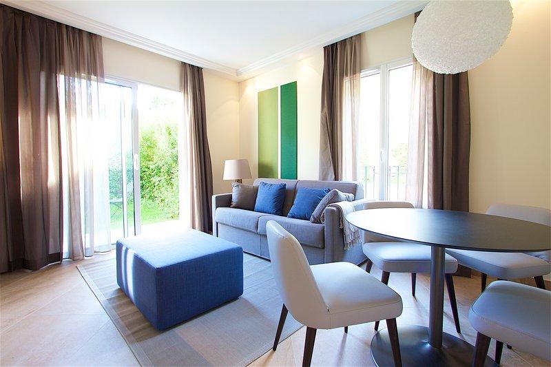 Großes Wohnzimmer mit bequemen Sofa-Bett, Zugang zum Garten