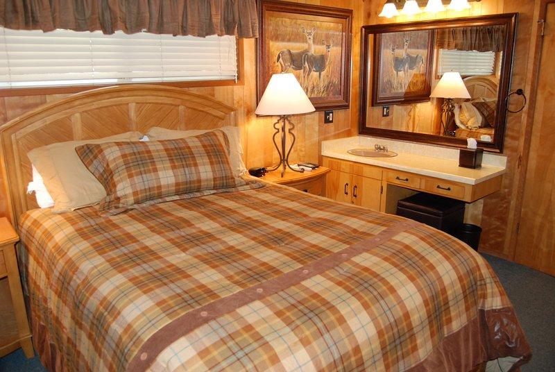 Dormitorio con cama de matrimonio, lavamanos