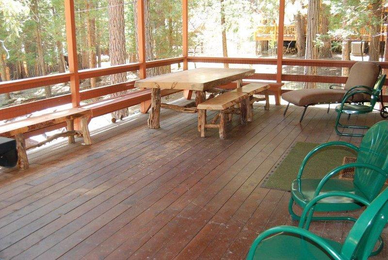 Hermosa mesa de picnic y banco hechos a medida
