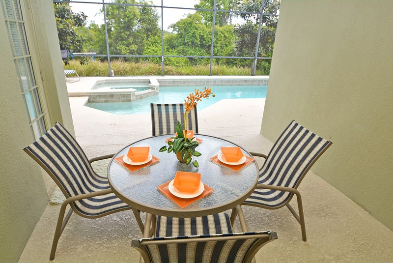 Schaduwrijke Lanai gebied met patio tafel